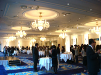 会場の様子。来場者数百人! 関心の高さが伺える。