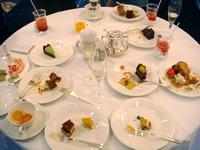 試食後のテーブルはこんな様子。幸せの夢の跡だ。