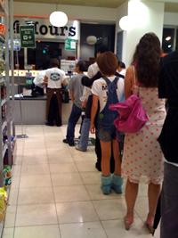 スーパーのレジでは平均6.57分からイライラし始めるようです。