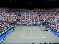 その公開練習が行われた会場は有明コロシアム。会場の外では各テニスブランドのブースが並び、ショッピングやイベントを楽しむことができました。