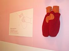 nordproduktのデザインによる、ママ用の手袋。手のひらの部分がポケットになっている。