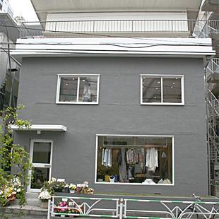 友人でもあるimaの小林恭さんが設計を担当。外はグレー、中は白。お祝いのお花までお店の一部のよう。