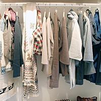 正面のストールやトップスは、メキシコで民族服の素材と手法で作られているフェアトレードブランド「SACATINTA」のアイテム。