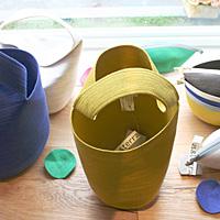 造形作家の女性2人がデザインする「PANTALOON」のバッグとブローチ。