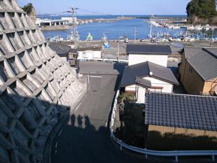 平潟港は、仙台と江戸の中継港として栄えた。もちろん常磐沖のアンコウも水揚げされる。写真手前の人影、真ん中が私。