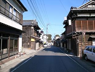 江戸時代には回船問屋が軒を並べ、花街もあったらしい。むかし金回りが良かった街からは、いい骨董が出る法則がある。