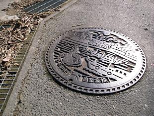街の道路の下水溝の蓋にもアンコウがいた。