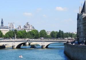 Par-delà le Pont  - 8 - シャンジュ橋(Pont au Change)お金も、お金以外も色々な交換を見届けてきたシャンジュ橋。