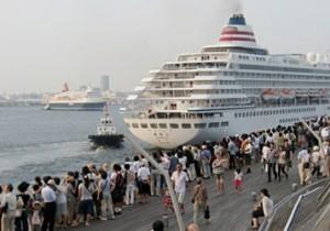 横浜大桟橋まで、ぶらぶら歩いて。