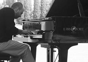 メランコリックなピアノが私たちをしあわせにする。