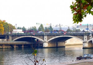 Par-delà le Pont  - 14 - ナシオナル橋(Pont National)東の端で、パリの内と外を眺めるナシオナル橋。