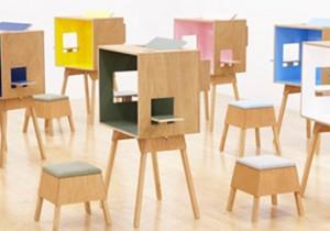 デスクやスツールに触って、座ってみてください。 「トラフのコローロ展」8月10日から、クラスカで開催。