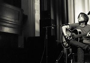 独特のミニマリズムと神秘性に満ちた美しいハーモニー12弦ギターを操る若き才能ジェームス・ブラックショウ来日。