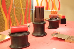 ダイナマイト、マッチの形をしたショコラなど『Joue avec le feu』にちなんだノエルのケーキが発表されました。