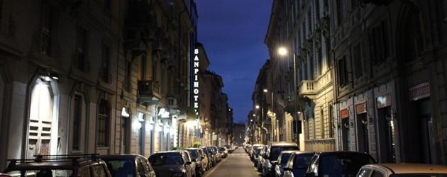 ラッザロ・パラッツィ通り。夜であっても絵になる通り。