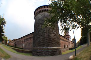 スフォルツァ城は四隅に塔が配置され、往時の戦いを想像させる。