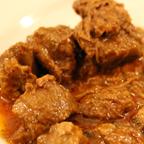 牛肉の赤ワイン煮とマッシュポテト。牛肉とマッシュポテト双方の柔らかさが、料理に手間をかけていることを感じさせる。