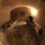 洞窟住居の奥にある「ワインセラー」が、とても印象的。