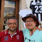 アルベロベッロで見つけた自分の友人似のイタリア人男性と記念撮影。
