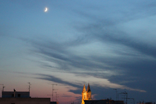 ホテルの窓からは三日月と聖所記念堂のライトアップが見えた。
