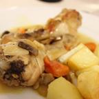 鶏肉の煮込み。付け合せのジャガイモも含めて味付けが抜群にいい。