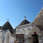 トゥルッリの屋根の描かれた文様が、想像力を働かせてくれる。