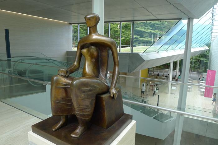 エスカレーターの踊り場にヘンリー・ムーア『座る女』が