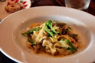 岡シェフによる季節を意識したお料理も人気。河内鴨ラグーのタリアテッレ