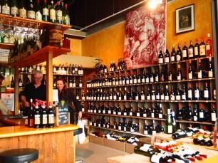 6区のマルシェ・サンジェルマンの一角にある気さくなワインショップ、Bacchus et  Ariane。ビオワインも充実していて、一杯飲むスペースもあります。グラスワインもありますが、店内で売っているワイン1本を販売価格+6ユーロで、その場で飲むことも可能。おつまみとして、市場のチーズ屋や生牡蠣もオーダーできます。