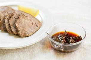 スターアニスの甘ダレソース。スープのだしに使ったブロック肉と一緒に。