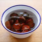 1.栗をたっぷりの水に塩少々入れ、小さなものは20分、大きなものは40分ほど煮てそのまま冷まし、渋皮まで剥いておく。