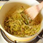 2.セロリ、玉ねぎ、ベーコンをスライスし、大きな鍋にオリーブオイルとクローブを入れ、玉ねぎが少し茶色くなるまで炒める。