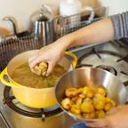 4.栗と塩を入れて蓋をして30分煮る。栗が柔らかくなったら、塩で味を整えて完成。