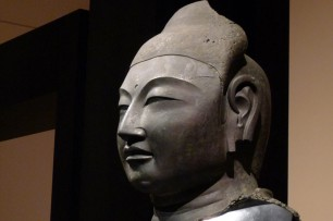 仏頭の左頬は凹み、耳の下部は欠損