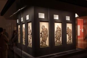 板彫十二神将像は平安期の作で、薬師如来の台座周囲を飾っていた