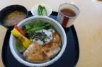 2013年・秋限定 「奈良の味めぐり」大和鶏の照り焼き丼 温泉卵をのせて。これにデザートが付いて1,800円