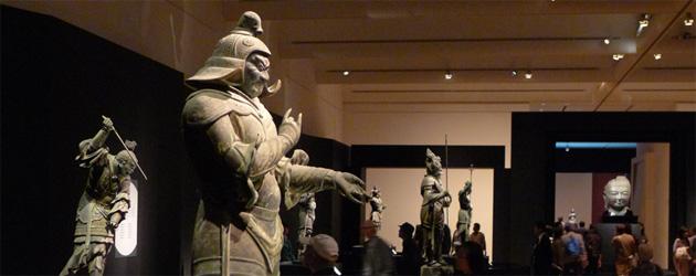 手前は宮毘羅(くびら)大将、左奥は伐折羅(ばさら)大将、中央奥に仏頭