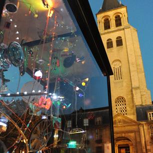 サンジェルマンデプレ広場でのUrban Art Boxコンクール。エレーヌの作品と教会。Photo © Yves Géant