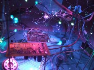 昔、理科の授業で習ったなぁと遠い記憶の中の電子回路…。しっかり作品の一部