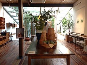 お店で開かれた井藤さんの展覧会の様子、なかなか素敵です。