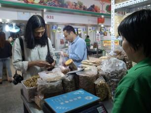 市場の乾物屋さんにて、花山椒や棗、貝柱等をお買い上げ
