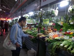 あまり目にすることの無い中国野菜にも興味津々の井藤さん