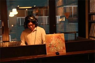 選曲する『Bar Music』店主・中村智昭さん