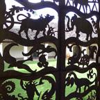 動物の影絵のような扉