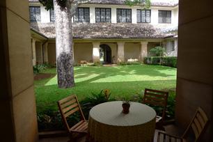 中庭の回廊には、時を忘れて座っていたい