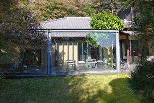 山口蓬春記念館のテラスには立派な枝垂れ梅が