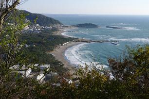 三ケ岡山から望む一色海岸と葉山御用邸