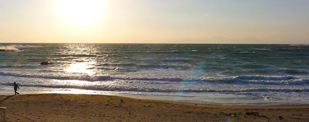一色海岸が冬の夕陽に赤く染まる頃