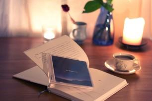灯りを落とした部屋で静かな音楽を聴く至福の時間