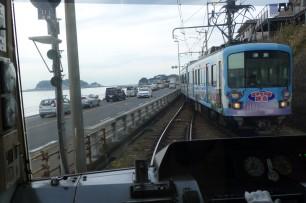単線の電車では、待ち合わせを楽しむ余裕が大事。左に江ノ島。
